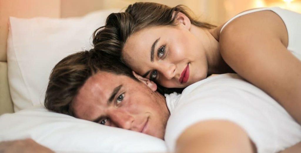 couple amoureux se servir sextoy