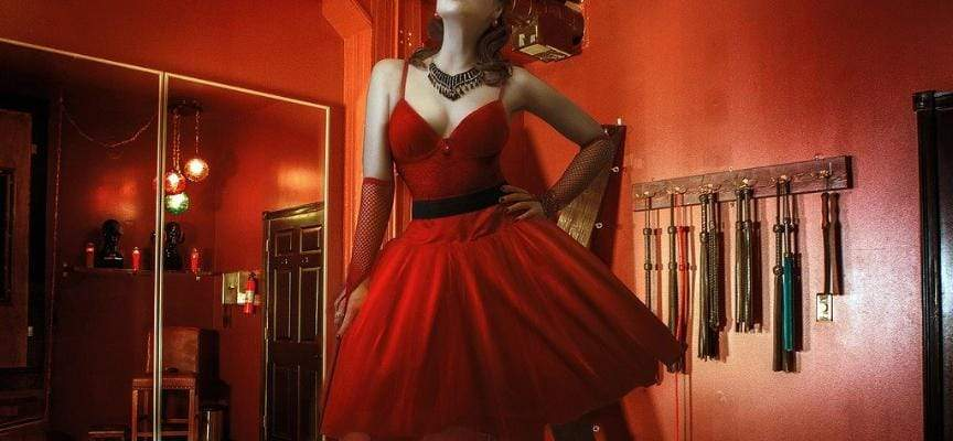 femme fouet robe rouge sado maso