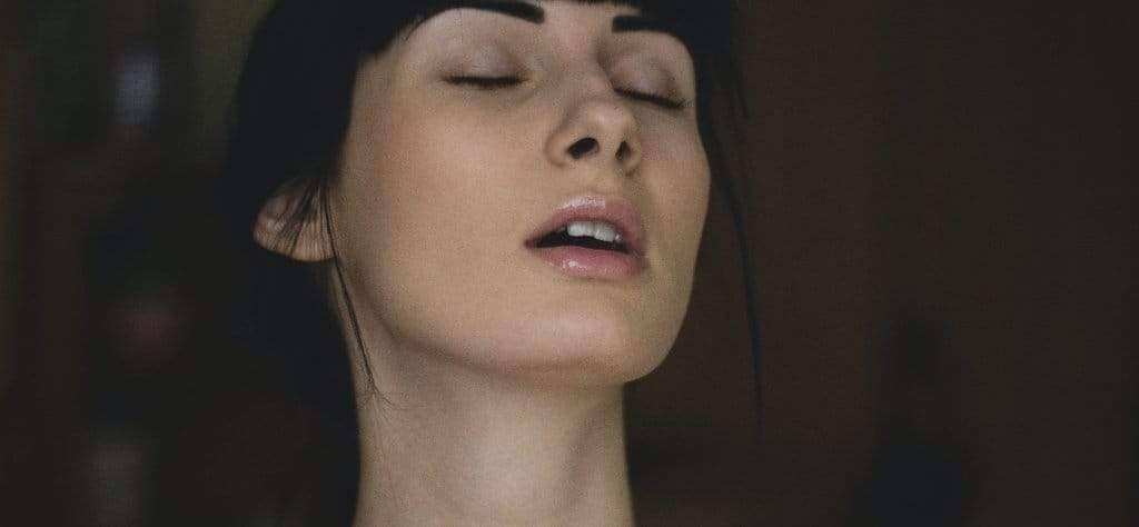 femme aux cheveux noirs orgasme